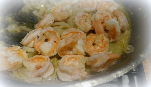 Camerones con cebolla y ajo …. or shrimp with onions and garlic.  When you start with something so fresh, you just know it will be delicious.
