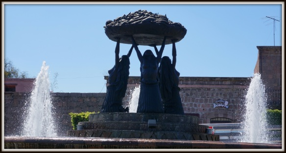 Fuente Las Taracas: This statue, of Tarascan women, holding a basket of fruit is iconic for the Morelian people.  It was replaced in the 60's after mysteriously disappearing in 1940.